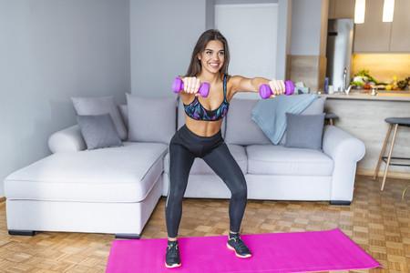 Un entrenamiento full body con ejercicios que puedes hacer solo con un par de mancuernas