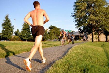 Correr marcha atrás para fortalecer las rodillas