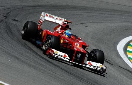 Fernando Alonso pone cara de póker ante el último asalto