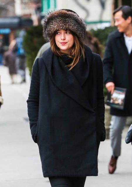Dakota Johnson no es como Miss Beckham, su mejor amigo para el street style es su sombrero de piel