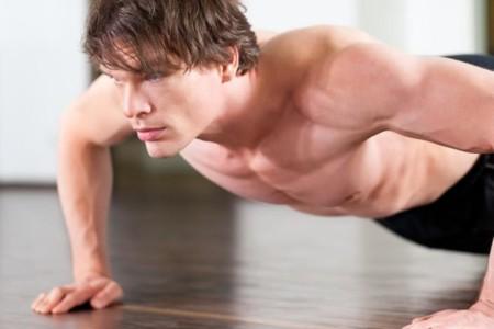 No olvides rozar el suelo con el pecho al realizar flexiones de brazos