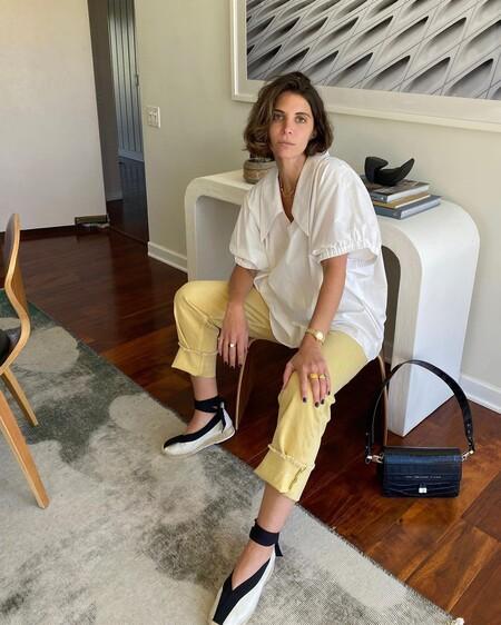 Siete pantalones de rebajas monísimos para lucir en una noche de verano fresca junto a una blusa blanca