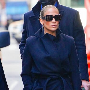Jennifer Lopez mezcla las sneakers de moda con uno de los bolsos más icónicos del mundo