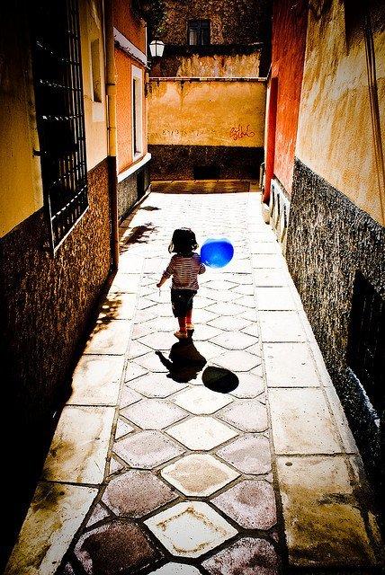 Niña con globo azul, de Manuel Sagredo