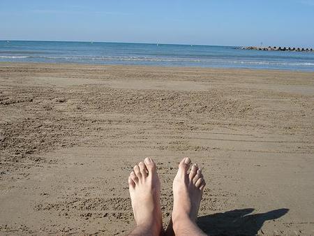 pies en playa