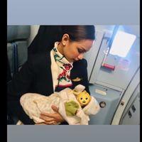 Una azafata amamanta al bebé de una pasajera en pleno vuelo y su gesto de generosidad se hace viral