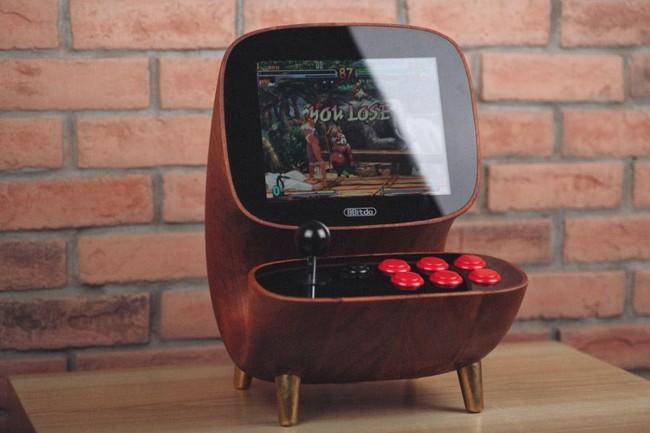Esta hermosa arcade de madera demuestra que lo retro también puede tener un diseño exquisito