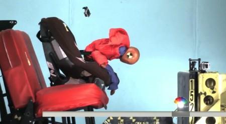 Por qué es peligrosísimo llevar a los niños en la silla del coche con el abrigo puesto