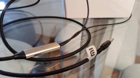 Detalle del cable de los Mi Headphones, en el que podemos ver el micrófono y el muelle de protección del conector
