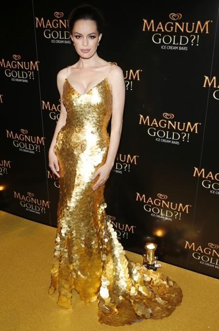 Elegancia en oro y grana en el Festival de Tribeca: el vestido que cuesta 1,5 millones de dólares