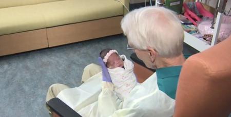 """Este """"abuelo abrazador"""" tiene 81 años y donó un millón de dólares para ayudar a los bebés ingresados en la UCI"""