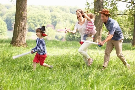 Los padres no disfrutamos jugando con nuestros hijos y lo hacemos solo para estimularlos, revela un estudio