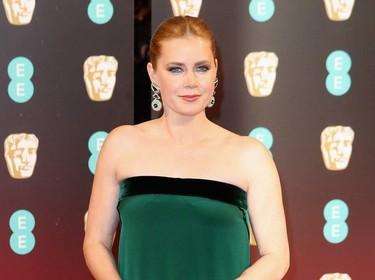 Amy Adams patina en los Premios BAFTA 2017 con su desacertada espalda