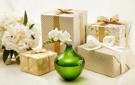 Presentación de regalos exclusivos y elegantes para novios