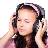 ¿Por qué nos cuesta escuchar varias conversaciones a la vez?