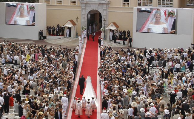 Foto de Todas las imágenes del vestido de novia de Charlene Wittstock en su boda con Alberto de Mónaco (15/19)