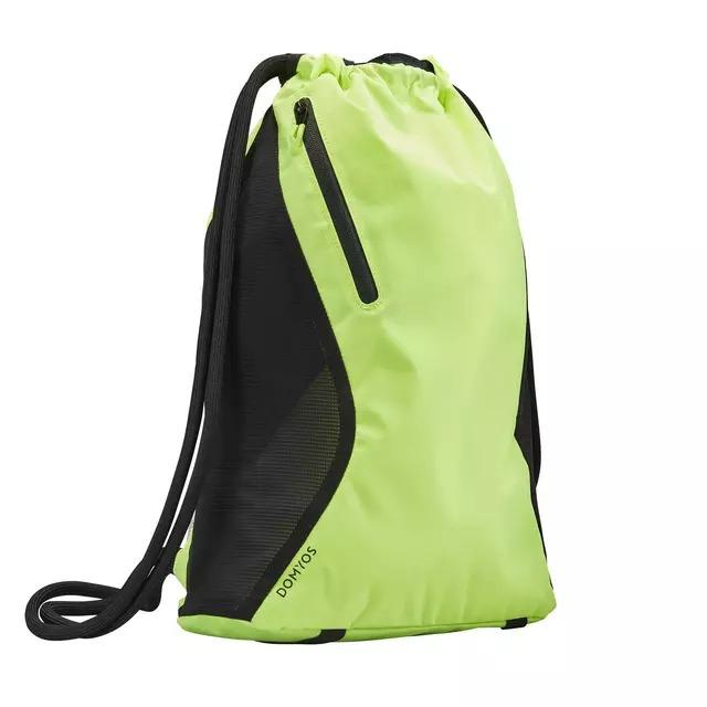 Esta pequeña mochila de entrenamiento es muy tendencia. Gracias a sus asas tipo cordón, es supercómoda y se puede llevar de varias maneras: al hombro, como mochila o en la mano.