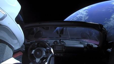 El Tesla Roadster es el primer coche que completa una órbita alrededor del Sol, y viaja a 1.410 km/h