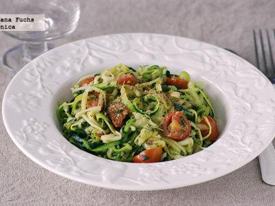 Tallarines o zoodles de calabacín con salsa ligera de tomates. Receta saludable