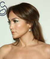 Pon una sombra verde en tus ojos y luce estupenda como Jennifer López