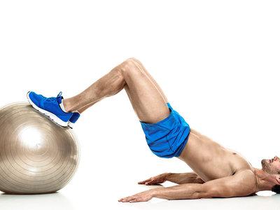 Los mejores ejercicios para trabajar tus piernas (y más) con pelota suiza o fitball