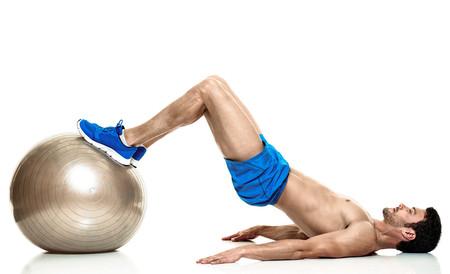 Los mejores ejercicios para trabajar tus piernas (y más) con pelota suiza o  fitball 98604ce53a45