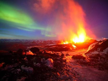 Erupción Volcánica + Aurora Boreal = Maravilla Visual