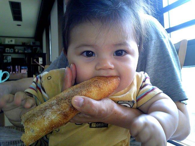 bebe-comiendo-pan.jpg