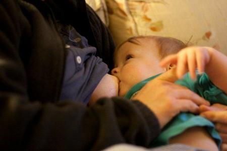 Una madre londinense es expulsada de un pub por amamantar a su bebé
