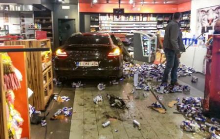 Dolorpasión™: El futbolista con un Porsche Panamera que entró ebrio en una gasolinera
