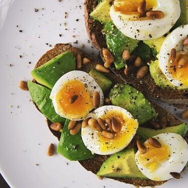 Tostadas de aguacate con huevo pochado. Receta fácil y saludable para la cena o el desayuno