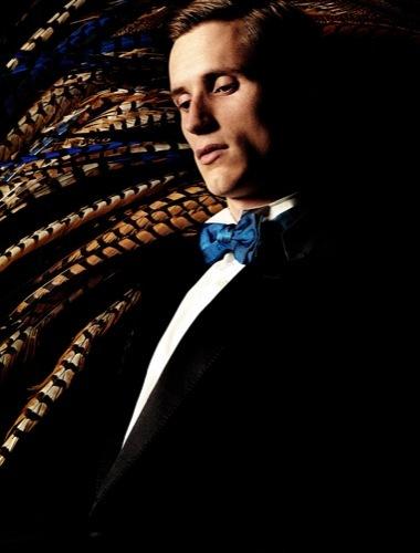 Esta Nochevieja viste de esmoquin y pajarita al estilo cabaret, azul