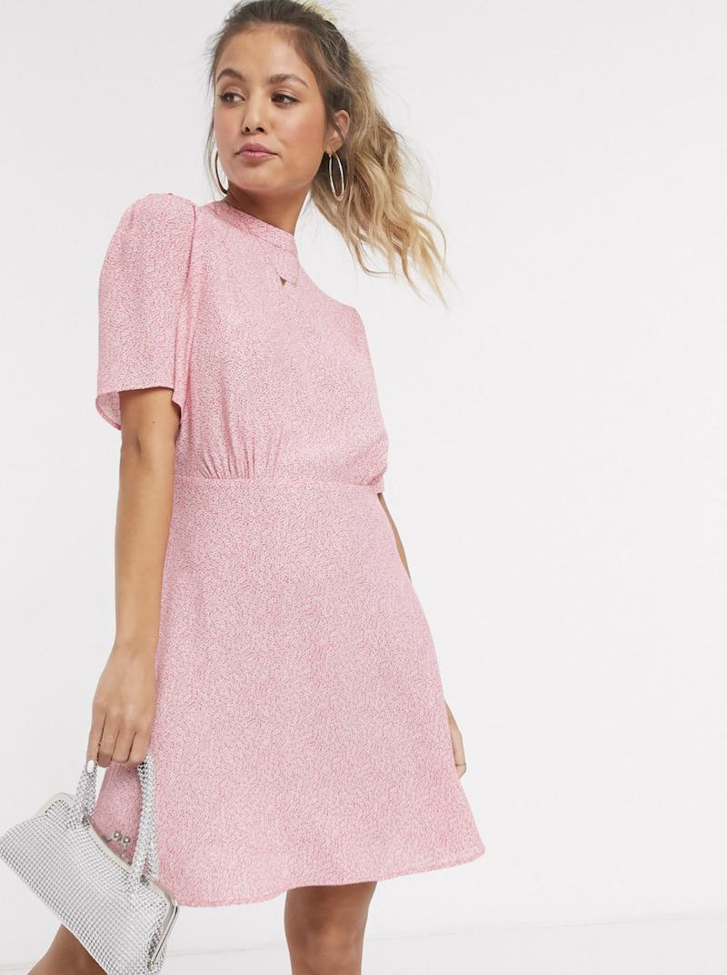 Vestido corto con mangas acampanadas y estampado floral en rosa de New Look
