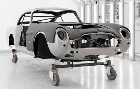 El Aston Martin DB5 Goldfinger comienza a fabricarse: una edición limitada para sentirse como James Bond por 3 millones de euros