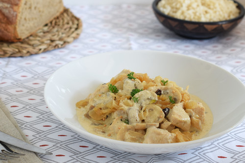 Receta de pollo en salsa cremosa de mostaza con champiñones y cebolla caramelizada, para mojar pan o disfrutar en tupper