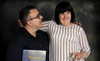 Un padre estudia medicina para ayudar a su hija enferma