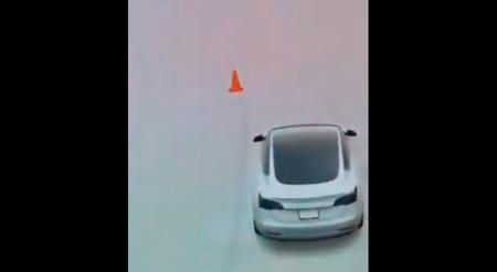 El Autopilot de un Tesla Model 3 confunde a un niño... ¡con un cono de tráfico!