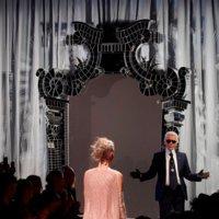 Karl Lagerfeld cuelga la aguja y recoge el hábito