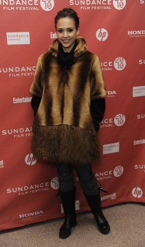 Jessica Alba se protege del frío con un peculiar abrigo de piel