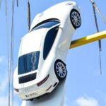 Este que está en la foto colgado es el nuevo Porsche 911 y no vas a resistirte a verlo