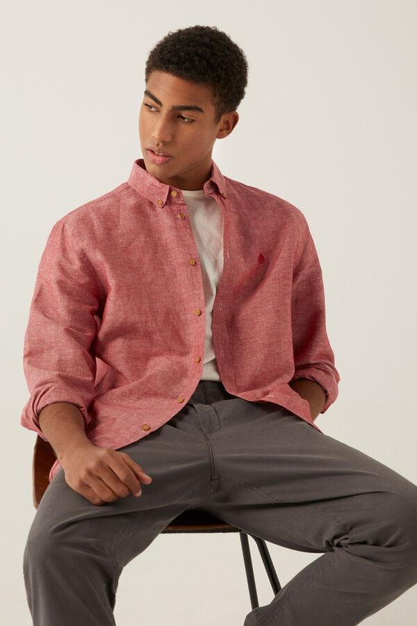 Camisa de manga larga, regular fit, en tejido de lino/algodón orgánico. Cuello abotonado. Colección RECONSIDER.