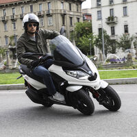 Peugeot no podrá vender su scooter de tres ruedas en Italia y Francia tras perder una demanda de Piaggio por plagio