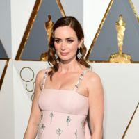 Emily Blunt luce embarazo con un vestido en rosa cuarzo de Prada en los Oscar 2016
