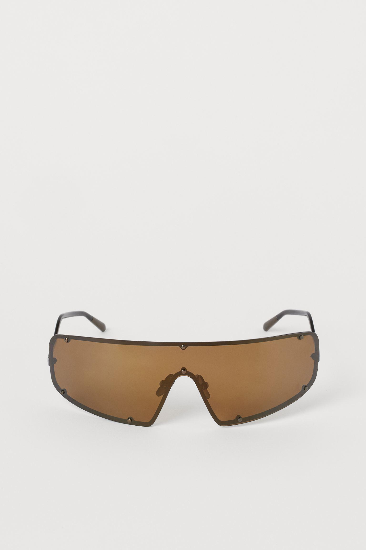 Studio Collection. Gafas de sol con montura de metal y lentes polarizadas con protección UV. Los cristales polarizados ofrecen una mayor nitidez de los colores y un mejor contraste al tiempo que eliminan los reflejos. Se entregan en una funda estampada con cordón.