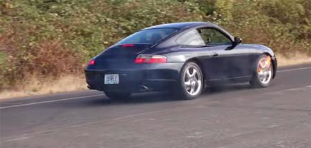 Tener 8 iPhones de sobra e intentar frenar un Porsche con ellos, no, no es broma