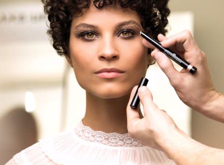 Nos colamos en el backstage de Chanel de la mano de Benoit Peverelli para una masterclass de maquillaje