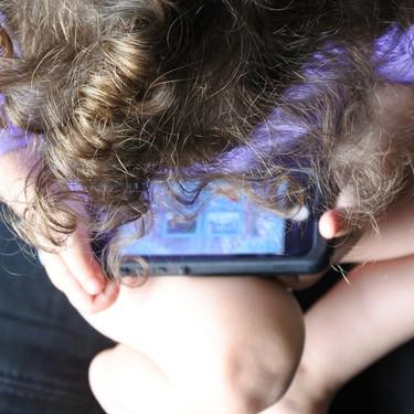 Por qué no me gusta que mi hija de cinco años utilice un teléfono móvil como juguete