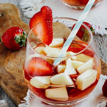 Cóctel de vino rosado y fresas. Receta fácil de bebida para la primavera
