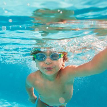 Las increíbles imágenes de un niño de tres años salvando a un amigo de morir ahogado en una piscina