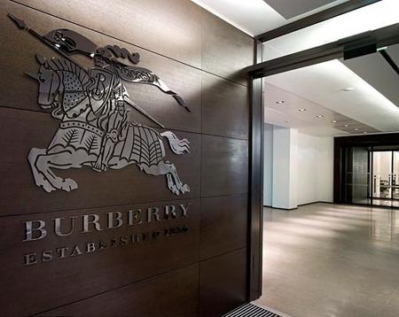 La firma Burberry es el objetivo de LVMH